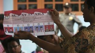 Comptage des voix dans un bureau de vote de la province d'Aceh le 9 avril 2012.