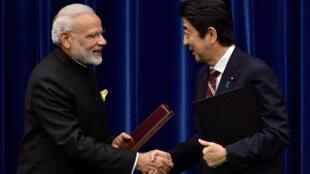 Thủ tướng Nhật Bản Shinzo Abe (P) tiếp đồng nhiệm Ấn Độ Narendra Modi tại Tokyo, ngày 11/11/2016