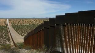 Un pedazo del muro entre Estados Unidos y México, tomada desde el Estado de Chihuahua en México, el 28 de agosto de 2019