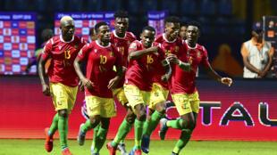 Les joueurs guinéens célèbrent leur but en égalisant, lors du match de football entre la Guinée et Madagascar pour la Coupe d'Afrique des Nations (CAN) 2019, au stade d'Alexandrie le 22 juin 2019.