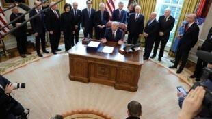 Donald Trump a signé le plan d'aide à l'économie américaine dans le bureau Ovale de la Maison Blanche, à Washington, le 27 mars 2020.