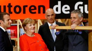 Emmanuel Macron et Angela Merkel au pavillon français de la Foire du livre de Francfort. Du 11 au 15 octobre 2017, la France est le pays invité d'honneur à la Foire du livre de Francfort.