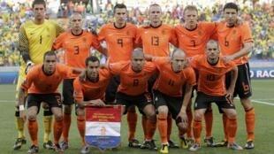 Des onze vainqueurs du  Brésil, seuls manqueront Van der Wiel (N.2) et  De Jong (N.8) chez les Pays-Bas.
