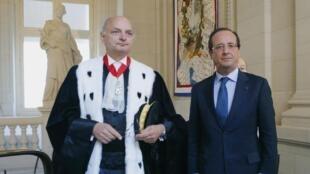 O presidente François Hollande (d) ao lado do presidente do Tribunal de Contas, Didier Migaud, no dia 7 de setembro.