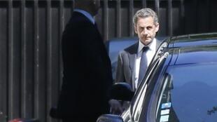 អតីតប្រធានាធិបតី Nicolas Sarkozy នៅមុខផ្ទះនាទីក្រុុងប៉ារីស ថ្ងៃទី ២ កក្កដា ២០១៤