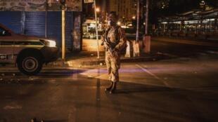 Un soldat sud-africain patrouille à Johannesburg sous confinement.
