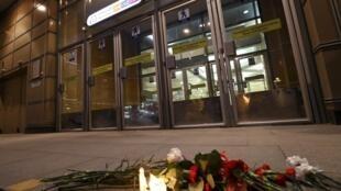 São Petersburgo amanheceu de luto nesta terça-feira (4), com as bandeiras a meio pau, um dia após o ataque ao metrô que deixou 14 mortos e cerca de 50 feridos na segunda cidade da Rússia.