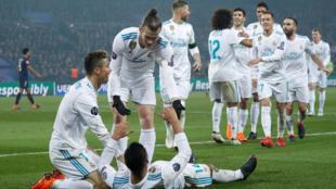 Equipe do Real Madrid comemora gol da vitória do brasileiro Casemiro contra o PSG em 6 de março de 2018.