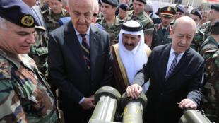 Les ministres de la Défense français et libanais et l'ambassadeur saoudien du Liban inspectent des armes françaises avant leur livraison, le 20 avril 2015.