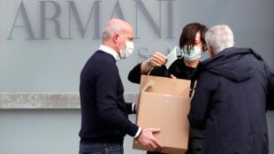 Nhân viên bảo vệ đeo khẩu trang tại một nhà hát nơi diễn ra buổi trình diễn thời trang của Giorgio Armani, Milan, Ý. Ảnh chụp ngày 23/02/2020