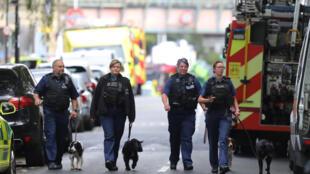 Policias patrulham região da estação de metrô Parsons Green, em Londres, depois do atentado de sexta-feira (15).