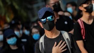 Des élèves de l'établissement scolaire du jeune homme touché par balles improvisent une manifestation.