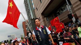 圖為台灣新總統蔡英文就職典禮時街頭擁護兩岸統一的民眾高舉中國大陸旗幟