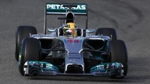 O piloto Lewis Hamilton saiu ileso de uma forte batida durante testes com o novo carro da Mercedes em Jerez, na Espanha