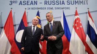 Tổng thống Nga Vladimir Putin (trái) và thủ tướng Singapore Lý Hiển Long chụp ảnh lưu niệm bên lề thượng đỉnh ASEAN 2018.