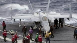 Lính Mỹ trên hàng không mẫu hạm USS George Washington lúc tàu đang đậu gần Manila ngày 3/9/2010