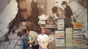 Filip (g.) et Andrzej (d.) font partie des dizaines de volontaires impliqués dans les célébrations des 30 ans des premières élections libres de Pologne.