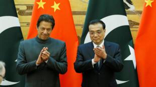 Le Premier ministre pakistanais Imran Khan (G) est venu chercher le soutien économique de la Chine auprès du Première ministre Li Keqiang (D), le 3 novembre 2018.