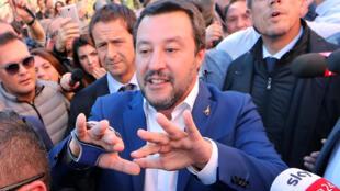 Bộ trưởng Nội Vụ Matteo Salvini (giữa) chủ trương đóng cửa biên giới với thuyền nhân từ châu Phi và Trung Đông cập bến lãnh thổ Ý.