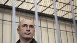O presidente Vladimir Putin anuncia a assinatura do decreto que concede indulto ao ex-magnata Mikhaïl Khodorkovski
