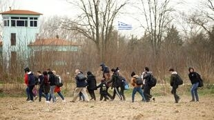 Migrantes deixam Pazarkule, na Turquia, e caminham em direção ao posto de fronteira em Kastanies, na Grécia. 28/02/2020.