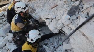 Syrie, ville de Sarmin dans la province d'Idleb: des casques blancs cherchent sous les décombres d'éventuels survivants après des frappes du régime syrien sur des zones civiles. Sept membres d'une même famille ont péri dans l'attaque, le 2 février 2020.e