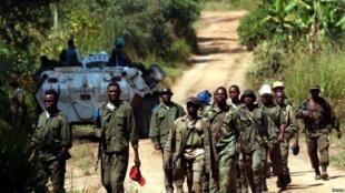 Des soldats des forces armées de la République démocratique du Congo (FARDC) patrouillent le village abandonné de Kaswara, dans la région de l'Ituri, le 14 juillet 2019.