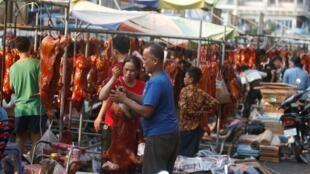 Ảnh minh họa: Thịt heo quay được bán ngoài chợ cho dịp Năm Mới âm lịch ở Phnom Penh, ngày 04/02/2019.