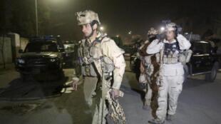 Membros das forças especiais chegam ao local do ataque, em Cabul, em 11/12/15.