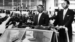 Léopold Sedar Senghor, le président du Sénégal (à gauche) et Mamadou Dia, le président du Conseil, le 5 septembre 1960, dans les rues de Dakar.