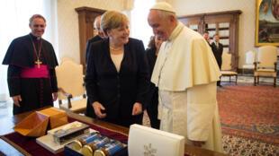 Ангела Меркель и папа римский. Традиционный обмен подарками. Ватикан, 17 июня 2017.