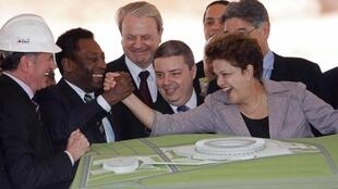 Pelé e a presidenta Dilma Rousseff comemoram a reforma do Mineirão para a Copa de 2014