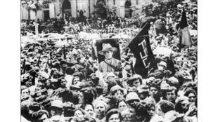 Un manifestant tient une photo de Cesar Augusto Sandino, fondateur du parti sandiniste, le 20 juillet 1979. Ce 19 juillet 2019, le Nicaragua célèbre le 40ème anniversaire de la révolution.