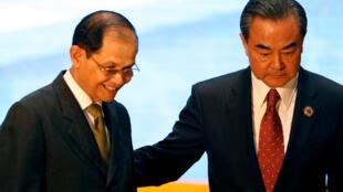 Ngoại trưởng Trung Quốc Vương Nghị (phải) và một thành viên đoàn Cam Bốt tại hội nghị ASEAN ở Vientiane, Lào ngày 25/07/2016