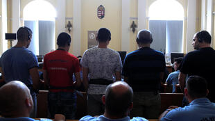 В Венгрии начался суд над обвиняемыми в гибели 71 беженца, 21 июня 2017 года
