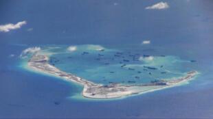 Tàu Trung Quốc đào đắp tại Đá Vành Khăn (Mischief Reef). Ảnh do một phi cơ trinh sát P-8A Poseidon của Hải quân Mỹ chụp ngày 21/05/2015.