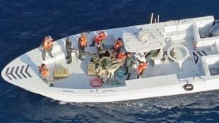 تصویر ناوچهای که، بگزارش نیروی دریائی آمریکا، برای برداشتن یک مین چسبان منفجر نشده از بدنۀ نفتکش ژاپنی «کوکُوکا کوریجوس» خود را به آن رسانده است. از نظر آمریکا این ناوچه به سپاه پاسداران تعلق دارد.