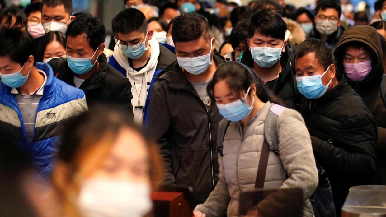 Hành khách chờ tàu tại bến xe lửa Vũ Hán, Hồ Bắc, Trung Quốc, ngày 28/03/2020