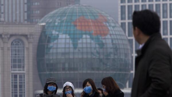 上海民众带口罩防御H7N9禽流感