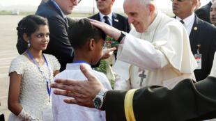 Giáo hoàng Phanxicô tới sân bay Dacca bắt đầu chuyến thăm Bangladesh ngày 30/11/2017.