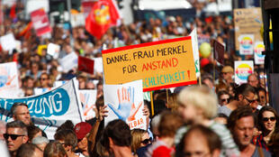 Đông đảo dân chúng xuống đường tuần hành phản đối thù hận, lên án chủ nghĩa kỳ thị chủng tộc, tại Berlin, Đức, ngày 13/10/2018.