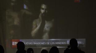 Les familles des mineurs regardent la vidéo de leurs proches bloqués à 700m de profondeur, le 27 août 2010