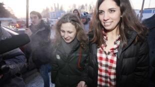 Nadejda Tolokonnikova (à direita) and Maria Alekhina, integrantes da banda punk feminista Pussy Riot, em foto desta  terça-feira, 24 de dezembro de 2013.