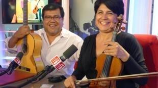 María Elena Pacheco y Ernesto Hermoza en los estudios de RFI