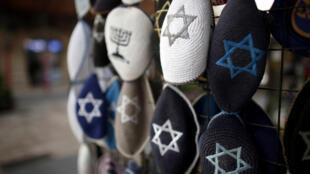 Kipás, tradicional adereço de cabeça judaico. Fotoilustração