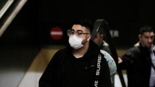 Un voyageur venant de Chine porte un masque, à l'aéroport de Seattle, le 23 janvier 2020.