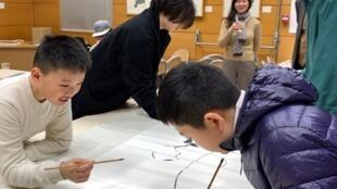 """畫家方索指導,與墨韻少年戴珥、王耔和法國藝術學院大學生西琳(Céline Wang)一起創作完成了""""從上到巴黎——描繪地球""""的水墨作品"""