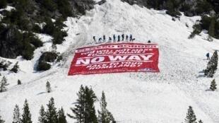 Les militants de Génération identitaire ont déployé une banderole au col de l'Echelle, dans les Alpes françaises, pour inciter les migrants à faire demi-tour, le 21 avril 2018.