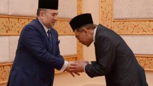 Ông  Anwar Ibrahim (T) đến chào quốc vương Malaysia Muhammad V, ngay sau khi được ân xá. Ảnh 16/05/2018.
