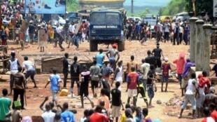 Confrontos entre jovens militantes da oposição e forças da ordem no dia  23 de Setembro 2013 em Conacri.